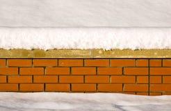 Schnee auf einer Backsteinmauer Lizenzfreie Stockfotografie