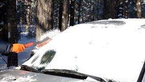 Schnee auf einer Windschutzscheibe stock footage