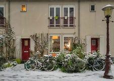 Schnee auf Fahrrädern vor einem Haus Lizenzfreie Stockbilder