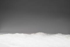 Schnee auf grauem Hintergrund Stockbild