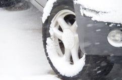 Schnee auf Gummireifen Lizenzfreies Stockfoto