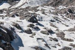 Schnee auf Hochgebirge Stockfoto