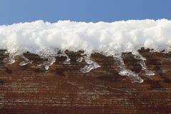 Schnee auf Holz Stockfoto