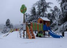 Schnee auf Kindergarten lizenzfreie stockbilder