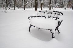 Schnee auf Klappstuhl Stockfotos