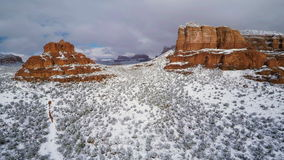 Schnee auf roten Felsen stock video footage