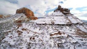 Schnee auf roten Felsen stock video