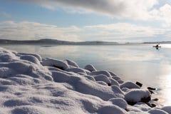 Schnee auf Steinen Stockbilder