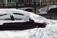Schnee-Auto in der Stadt Stockbilder