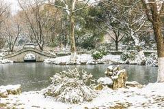 Schnee bedeckte alte Brücke Stockfoto