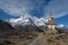 Schnee bedeckte Annapurna-Strecke und stupa, Nepal mit einer Kappe Lizenzfreies Stockfoto
