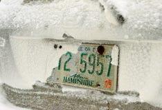 Schnee bedeckte Auto Stockfotografie