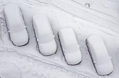 Schnee bedeckte Auto im Parkplatz Städtische Szene Nach einem Schneesturm Säubern Sie Automobil vom Schnee Lizenzfreies Stockbild