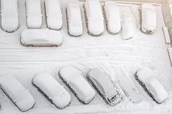 Schnee bedeckte Auto im Parkplatz Städtische Szene Nach einem Schneesturm Säubern Sie Automobil vom Schnee Lizenzfreie Stockbilder