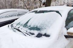 Schnee bedeckte Auto im Parkplatz Auto im Winter Stockfotografie