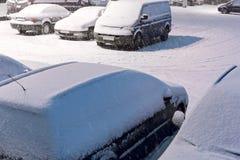 Schnee bedeckte Autos im Parkplatz Lizenzfreie Stockbilder