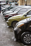 Schnee bedeckte Autos im Parkplatz Stockbild