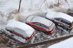 Schnee bedeckte Autos im Parkplatz Ansicht von der Oberseite Lizenzfreie Stockfotografie