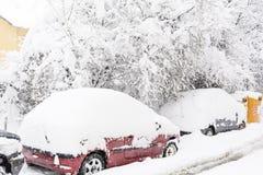 Schnee bedeckte Autos und eisige Straße in Sofia, Bulgarien Stockbild