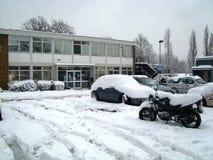 Schnee bedeckte Autos und Fahrrad Lizenzfreies Stockfoto