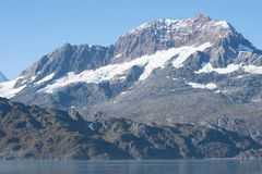 Schnee bedeckte Berg in Glacier Bay, Alaska lizenzfreie stockfotografie