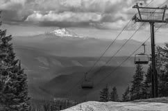Schnee bedeckte Berg Jefferson Oregon im Schwarzen mit einer Kappe und wird weiß lizenzfreie stockfotos