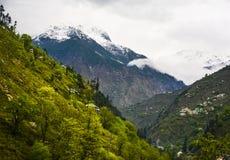 Schnee bedeckte Berg in Naran Kaghan Valley, Pakistan mit einer Kappe lizenzfreies stockbild