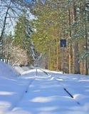 Schnee bedeckte Bergbahn im Spätwinter lizenzfreies stockfoto