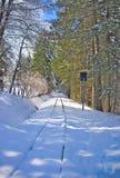 Schnee bedeckte Bergbahn im Spätwinter lizenzfreies stockbild