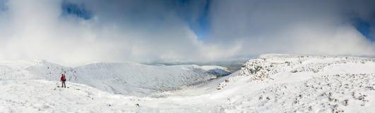 Schnee bedeckte Berge, Brecon-Leuchtfeuer, Wales, Großbritannien Stockfotografie