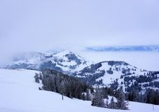Schnee bedeckte Berge in den Alpen von der Schweiz mit einer Kappe Lizenzfreies Stockfoto
