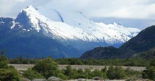 Schnee bedeckte Berge, EL Chalten, Argentinien mit einer Kappe Stockfotografie