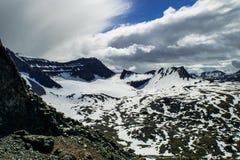 Schnee bedeckte Berge im Dyrfjoll-Gebirgszug lizenzfreie stockbilder