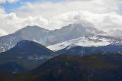Schnee bedeckte Berge mit türmenden weißen Wolken Lizenzfreies Stockfoto