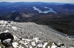 Schnee bedeckte Berge und alpine Landschaft im Adirondacks, Staat New York mit einer Kappe Stockbilder