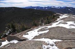 Schnee bedeckte Berge und alpine Landschaft im Adirondacks, Staat New York mit einer Kappe Lizenzfreie Stockfotos