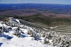 Schnee bedeckte Berge und alpine Landschaft im Adirondacks, Staat New York mit einer Kappe Stockfoto