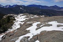 Schnee bedeckte Berge und alpine Landschaft im Adirondacks, Staat New York mit einer Kappe Lizenzfreie Stockbilder