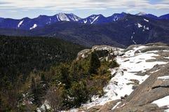 Schnee bedeckte Berge und alpine Landschaft im Adirondacks, Staat New York mit einer Kappe Lizenzfreie Stockfotografie