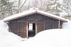 Schnee bedeckte Blockhaus Stockfoto