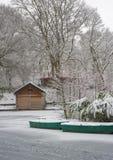 Schnee bedeckte Bootshütte Stockbilder