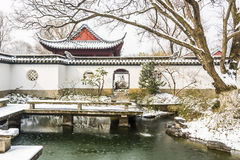 Schnee bedeckte die Kunstwelt von roten Villen lizenzfreies stockbild