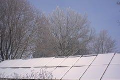 Schnee bedeckte die Sonnenkollektoren, die in Nebel und in einen schweren Reif eingehüllt wurden lizenzfreie stockfotografie