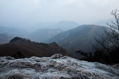 Schnee bedeckte Felsen und Berge Stockfotos
