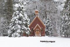 Schnee bedeckte Forest With Wooden Chapel in Yosemite Lizenzfreies Stockfoto