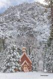 Schnee bedeckte Forest With Wooden Chapel in Yosemite Lizenzfreie Stockfotografie