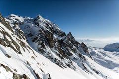 Schnee bedeckte Gebirgsfelsen-Gesicht lizenzfreies stockfoto