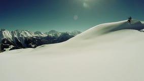 Schnee bedeckte Gebirgsvogelperspektivefliege über Winterlandschaft stock video