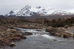 Schnee bedeckte Gebirgszug auf der Insel von Skye, Schottland mit einer Kappe stockbild