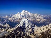 Schnee bedeckte Glazial- Spitzen in den Karakoram-Bergen mit einer Kappe lizenzfreie stockfotografie